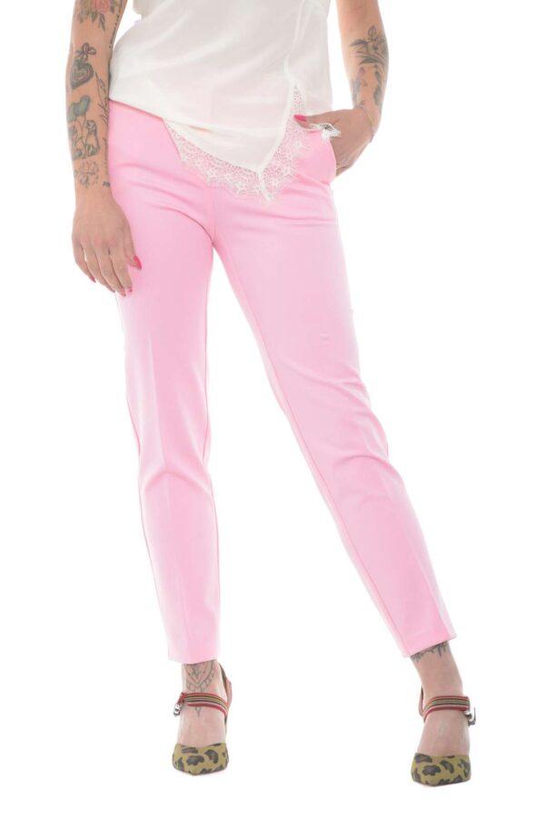 Un evergreen il pantalone Bello 100 firmato dalla collezione donna Pinko. Un capo semplice e dalla vestibilità slim da indossare in ogni occasione. La linea pulita e la vita regolare si adatta sia a bluse che a top per un risultato chic e sempre impeccabile.