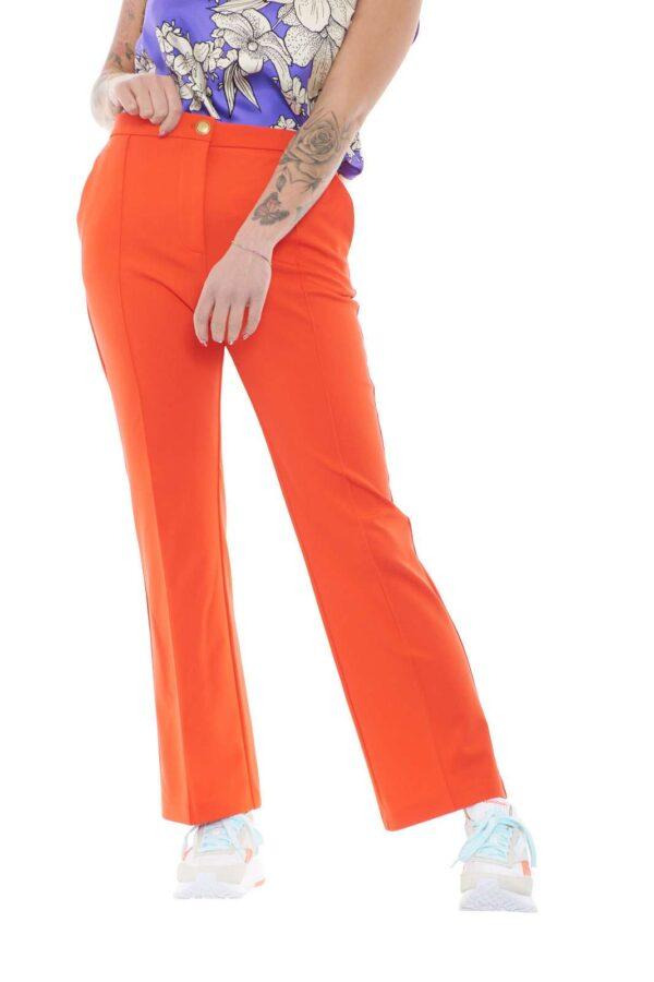 Glamour e chic, il pantalone donna GAIO firmato dalla maison Pinko unisce sia il gusto delle fashioniste che delle donne più minimal. Una vestibilità slim pensata per essere abbinata con un blazer o con una semplice camicia così da venire incontro ad ogni look. La piega centrale cucita ne rappresenta l'essenza per un risultato raffinato e innovativo.