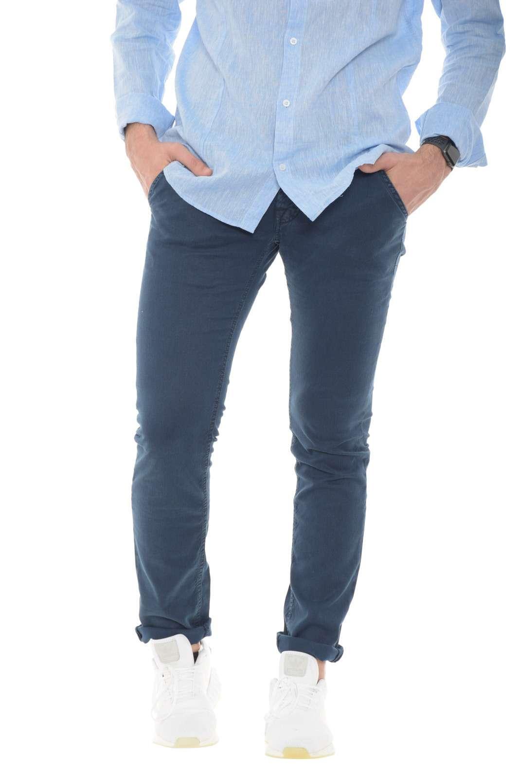 Scopri il nuovo jeans della collezione di Jacob Cohen. Semplice e leggero, perfetto per le calde giornate estive. Da abbinare ad una sneaker e una t shirt è un must have.