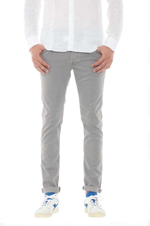 Un pantalone garanzia di stile e classe, il Jacob Cohen da uomo. Perfetto per look eleganti e classici, da sfoggiare per il lavoro, e le evenienze più importanti, dove abbinato a una stringata e una semplice camicia, renderai impeccabile ogni stile.