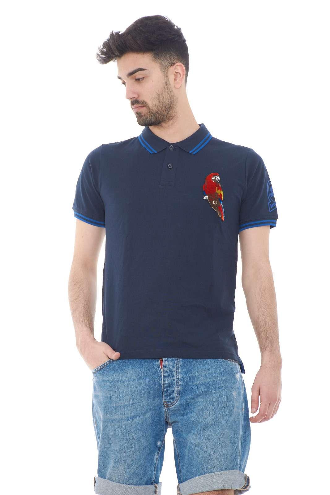 Versatile e casual, la polo firmata Invicta Icon, per l'uomo che ama capi estivi freschi e alla moda. Fantastica da sfoggiare per il tempo libero e la routine, dove con un jeans, o un semplice bermuda creerai uno stile davvero impeccabile.