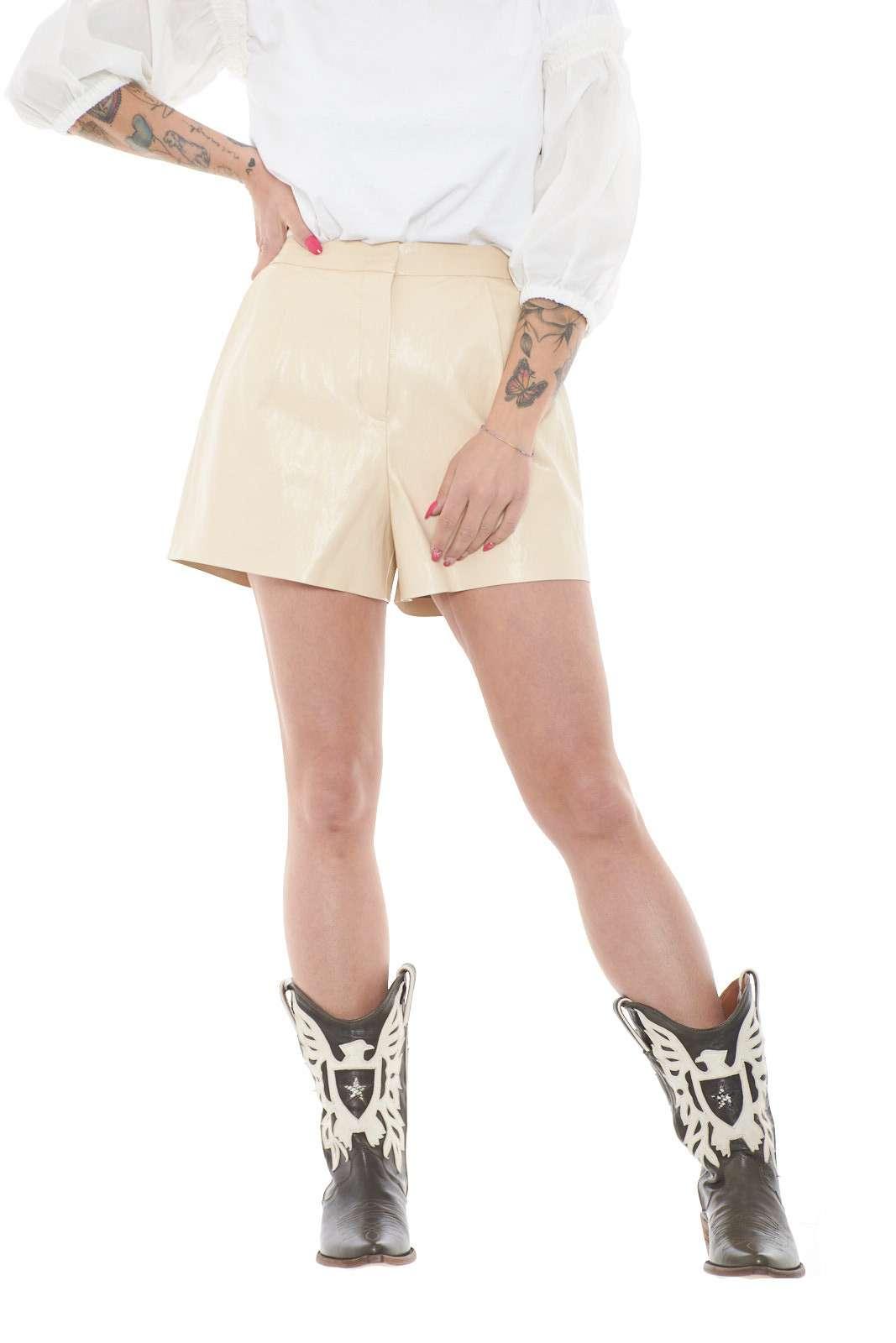 Uno shorts in similpelle il Puro 1 proposto dalla collezione donna Pinko. Adatto per i party più casual e per le occasioni più glamour unisce stile e femminilità. Le pinces sul davanti e la vita alta lo rendono unico e permettono di abbinarlo sia con top che bluse, un vero evergreen.