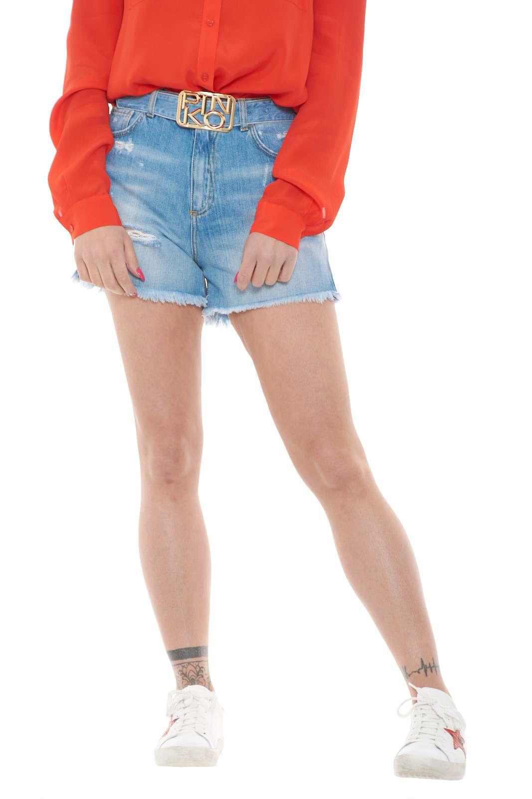 Lasciati conquistare dsgli short proposti per la collezione donna primavera estate di Pinko. Il modello Brooklyn si impone come capo casual per eccellenza con il suo lavaggio medio e i dettagli strappati. Perfetti con top e sneakers o con blusa e stivali per ottenere look sempre unici.