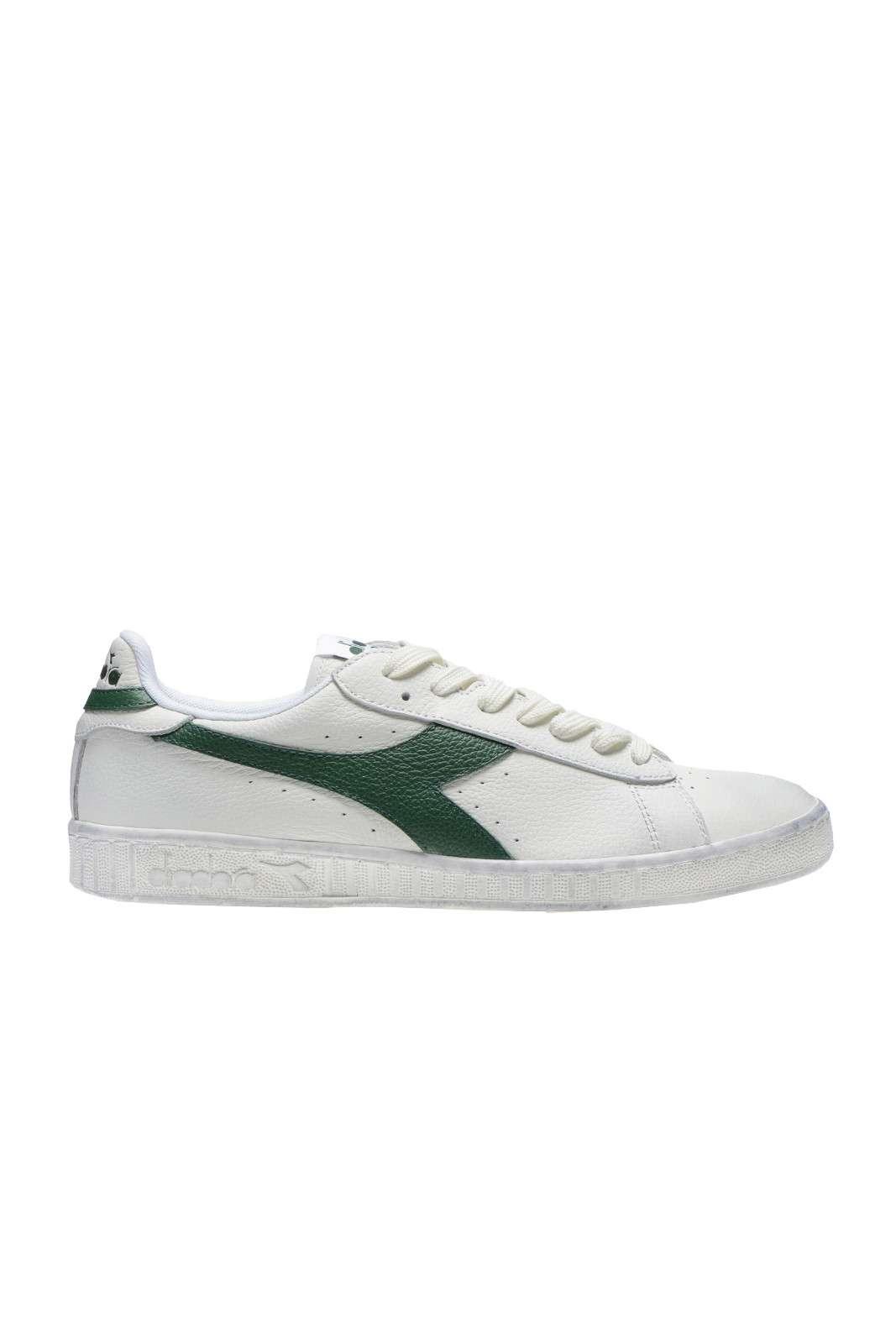 Delle sneakers unisex quelle proposte da questa collezione. Semplici e versatili, sono delle scarpe perfette per i look casual. Abbinate ad un jeans è un evergreen.