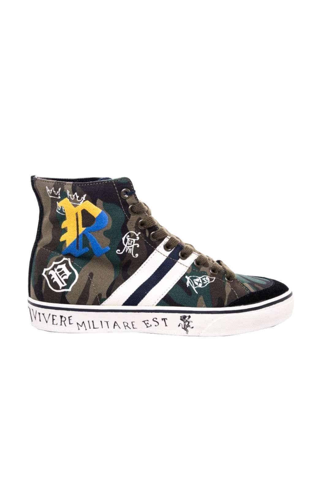 Una scarpa a collo alto quella firmata Polo Ralph Lauren. Caratterizzata dalla fantasia militare con scritte che rendono vivace la sneaker. Da abbinare ad un jeans è il massimo.