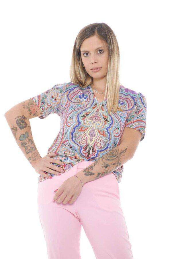 Una maglia trendy, impreziosita da una particolare stampa cahsmere, per un look unico nel suo genere. Perfetta per abbinamenti semplici, come jeans o pantaloni, per un total outfit sempre di tendenza.