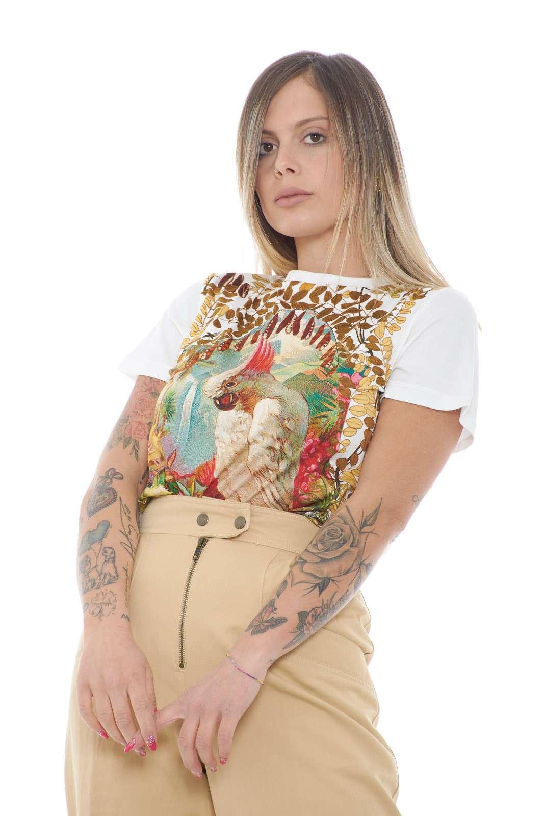 Una t shirt donna con stampa pappagallo quella proposta da Etro. Da indossare nelle giornate quotidiano o per le uscite con gli amici. Abbinata ad un jeans o uno short è un must have.