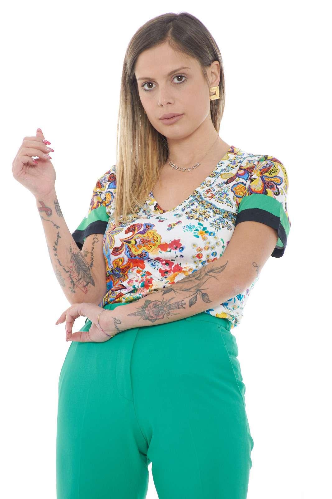 Una t shirt donna elegante proposta dalla collezione Etro. Da indossare sia nelle occasione eleganti come i party sia nelle giornate quotidiane. Abbinata ad un pantalone o un jeans rendera il tuo outfit più glamour.