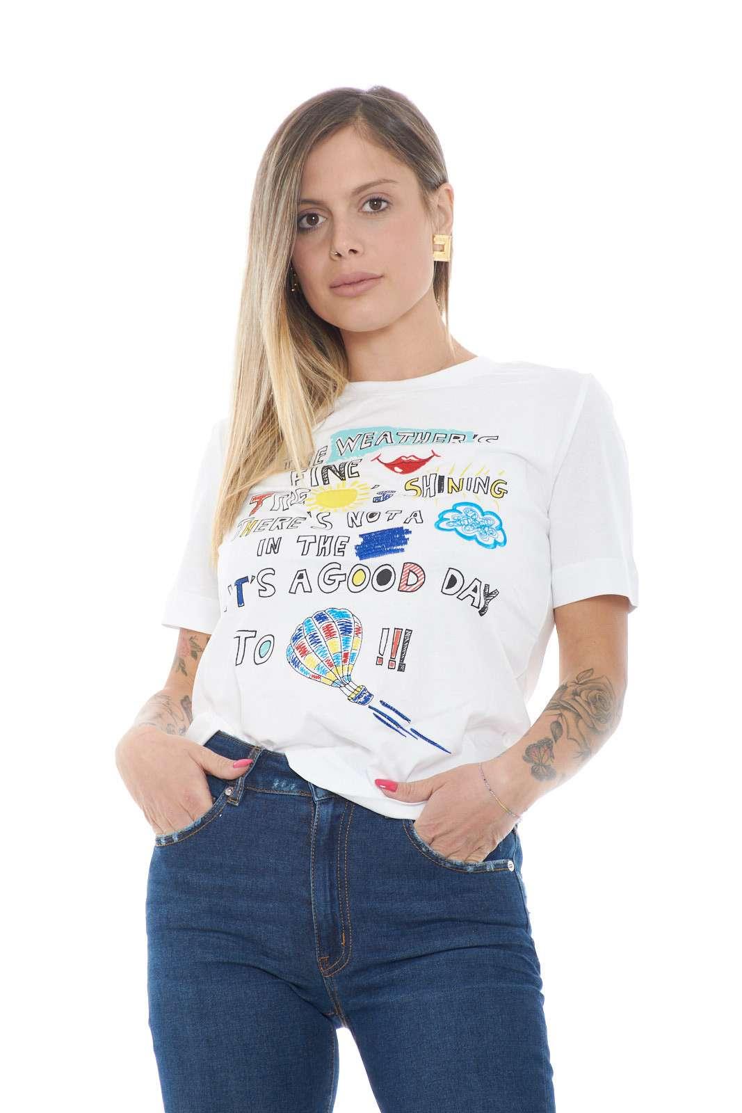 Una T shirt colorata e affascinante quella firmata dalla collection Love Moschino. Da abbinare con un jeans o con un pantalone non tradisce le aspettative e si conferma un icon. I dettagli ricamati si impongono per un look glamour e versatile per gli stili più quotidiani.