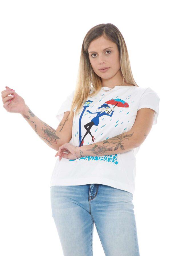 Una T shirt dal carattere quotidiano quella proposta per la nuova collezione donna Love Moschino. Da abbinare con un un jeans o con uno short veste le giornate quotidiane con stile e carattere. Il cotono misto con elastan rende il capo confortevole e fashion.