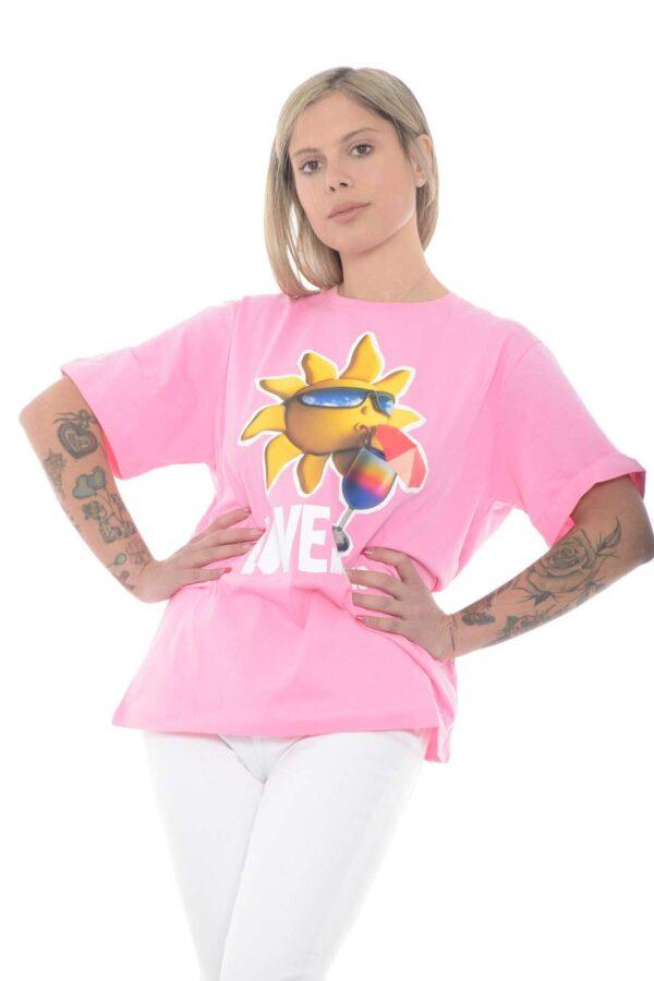 Lasciati conquistare dalla nuova T shirt oversize proposta dalla collezione donna Love Moschino. Da abbinare con un jeans o un pantalone, esalta le calde giornate estive con colori accesi e glamour. Un capo must have per tutte le occasioni da rendere chic ogni look.