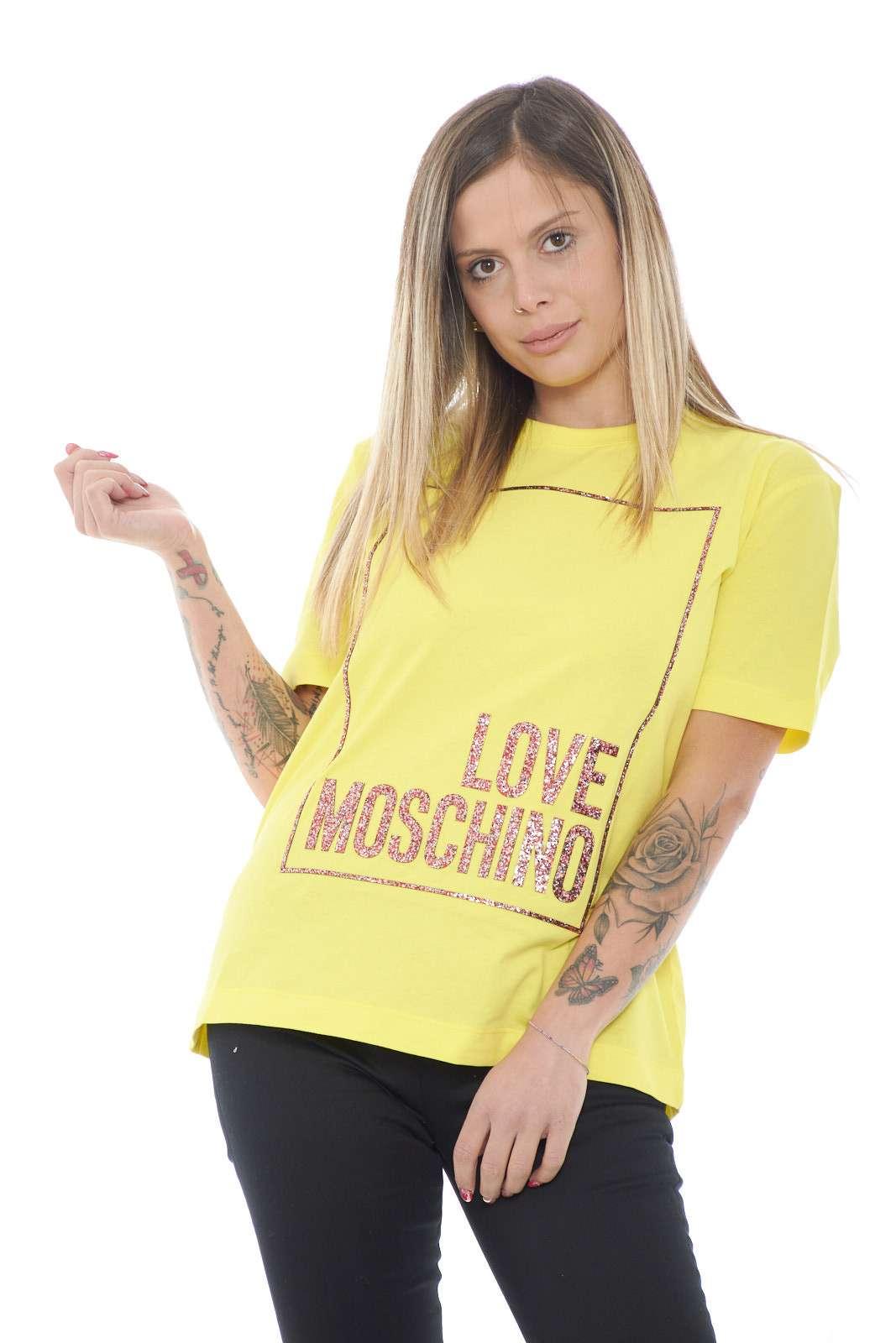 Una maglietta a maniche corte perfetta per la stgione estiva quella firmata dalla new collection Love Moschino. La vestibilità leggermente over la rende adatta sia per look casual che più formali. La stampa glitterata la personalizza e la rende un must have.