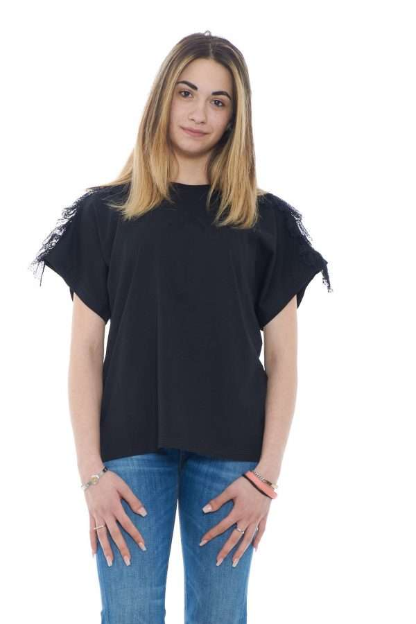 Un tocco casual chic per la nuova blusa firmata Twinset Milano. Un look basic impreziosito da rouches in pizzo tono su tono per rendere ogni outfit unico ed inimitabile. Con un pantalone o con un jeans esalta ogni stile per un risultato iconico.