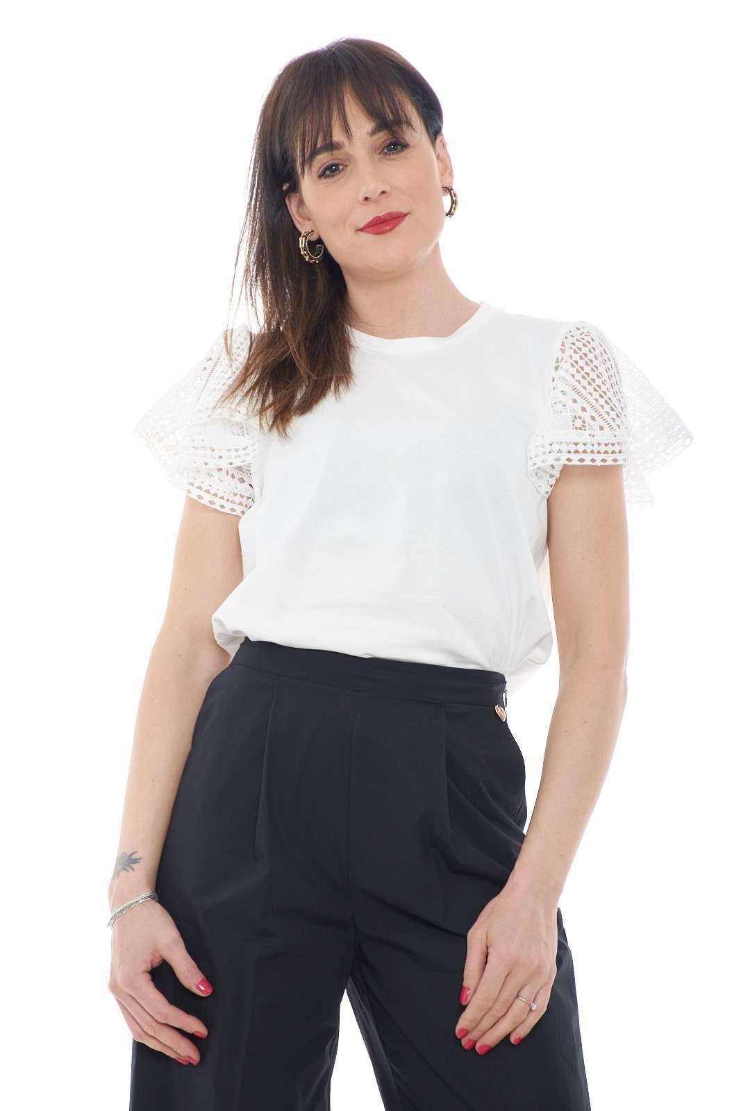 Una blusa dal gusto di una T shirt quella proposta dalla collezione donna Twinset Milano. Il tessuto minimal è impreziosito dalle maniche ad aletta in pizzo ad effetto trasparenza. Perfetta sia con pantaloni che con gonne, è un must have.