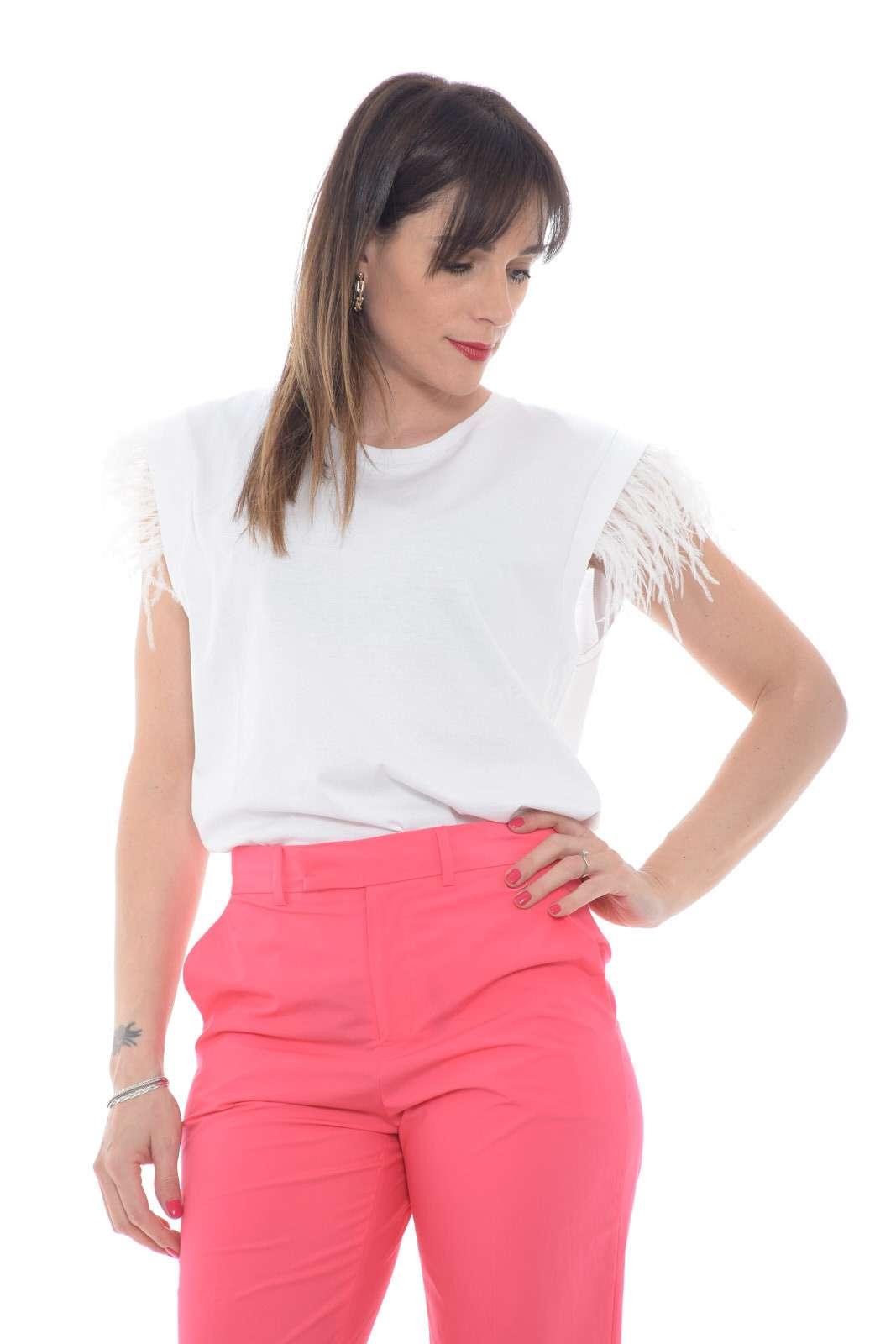 Una blusa dall'effetto T shirt la proposta della new collection Twinset Milano. Uno stile minimal impreziosito dalle piume alle maniche per un risultato glamour e dal grande fascino. Con un pantalone a vita alta esalta la silhouettes per un risultato inconfondibile.