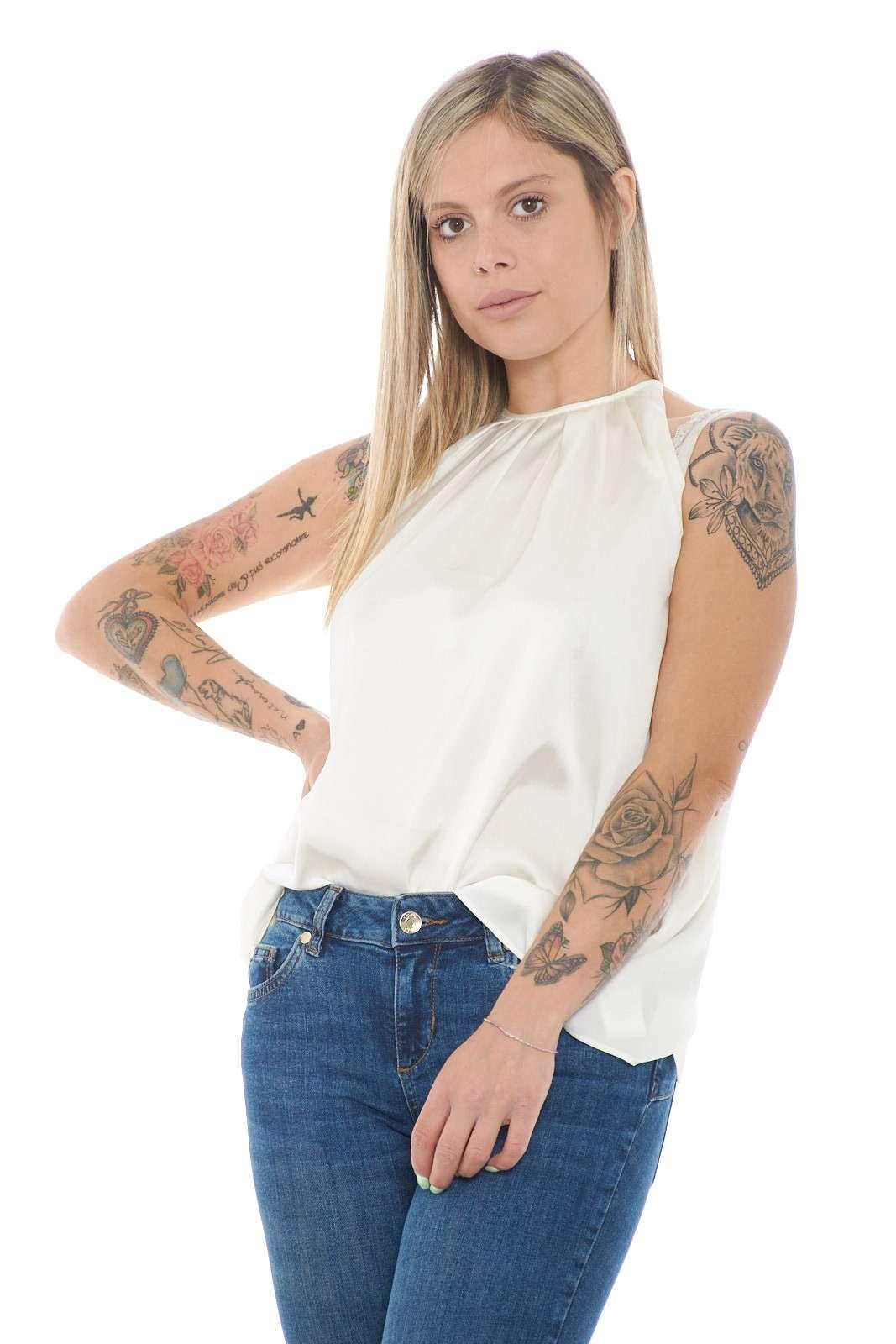 Un top donna semplice e curato nei minimi dettagli quello firmato Polo Ralph Lauren. Da indossare nelle occasioni di tutti i giorni o nelle giornate lavorative, perfetto per le calde giornate estive. Da abbinare ad un pantalone, un jeans è il massimo.