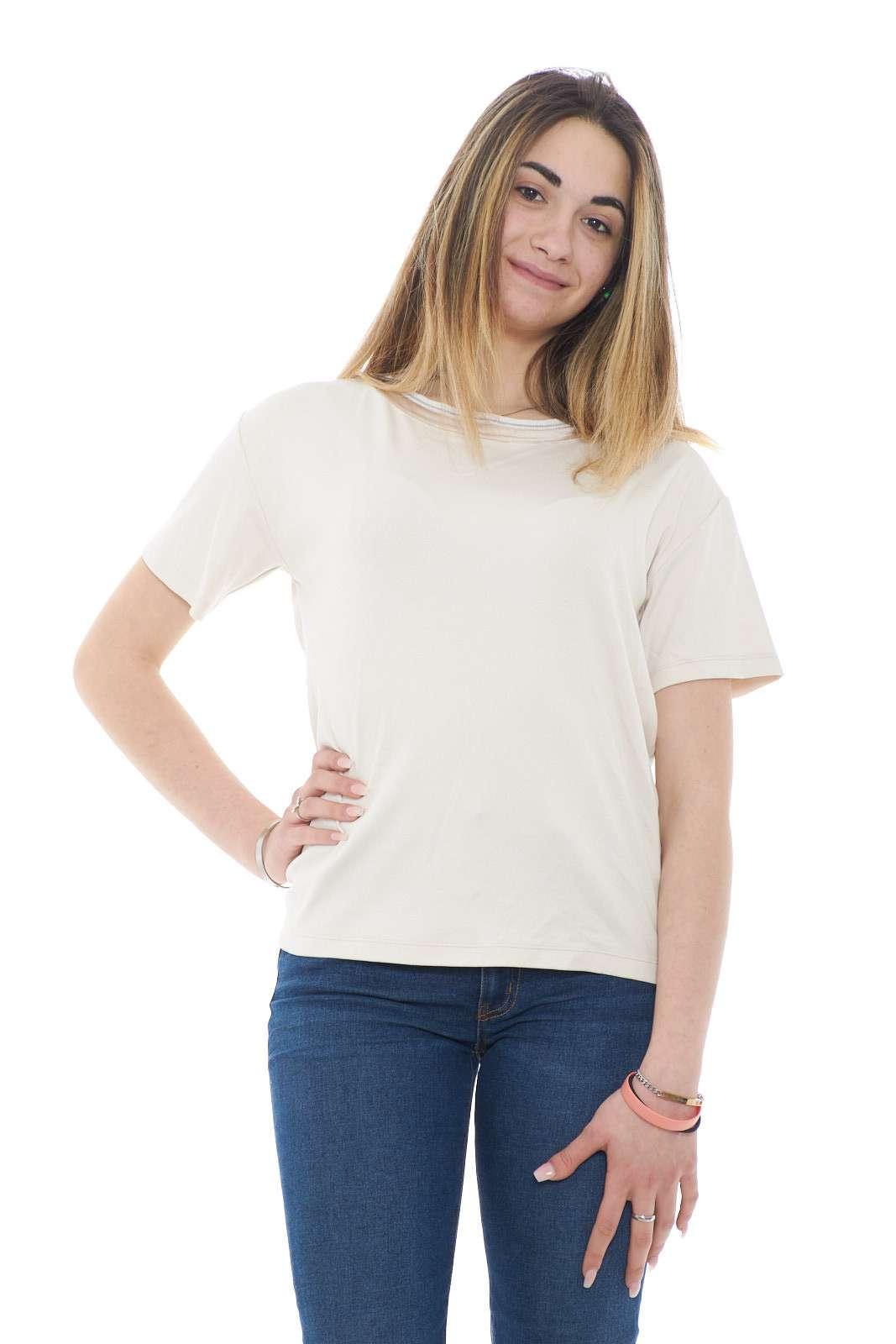 Una t shirt in maglia la nuova proposta firmata Fabiana Filippi. Un capo che non può mancare nel tuo armadio nella stagione estiva, grazie alla sua comodità e delicatezza.