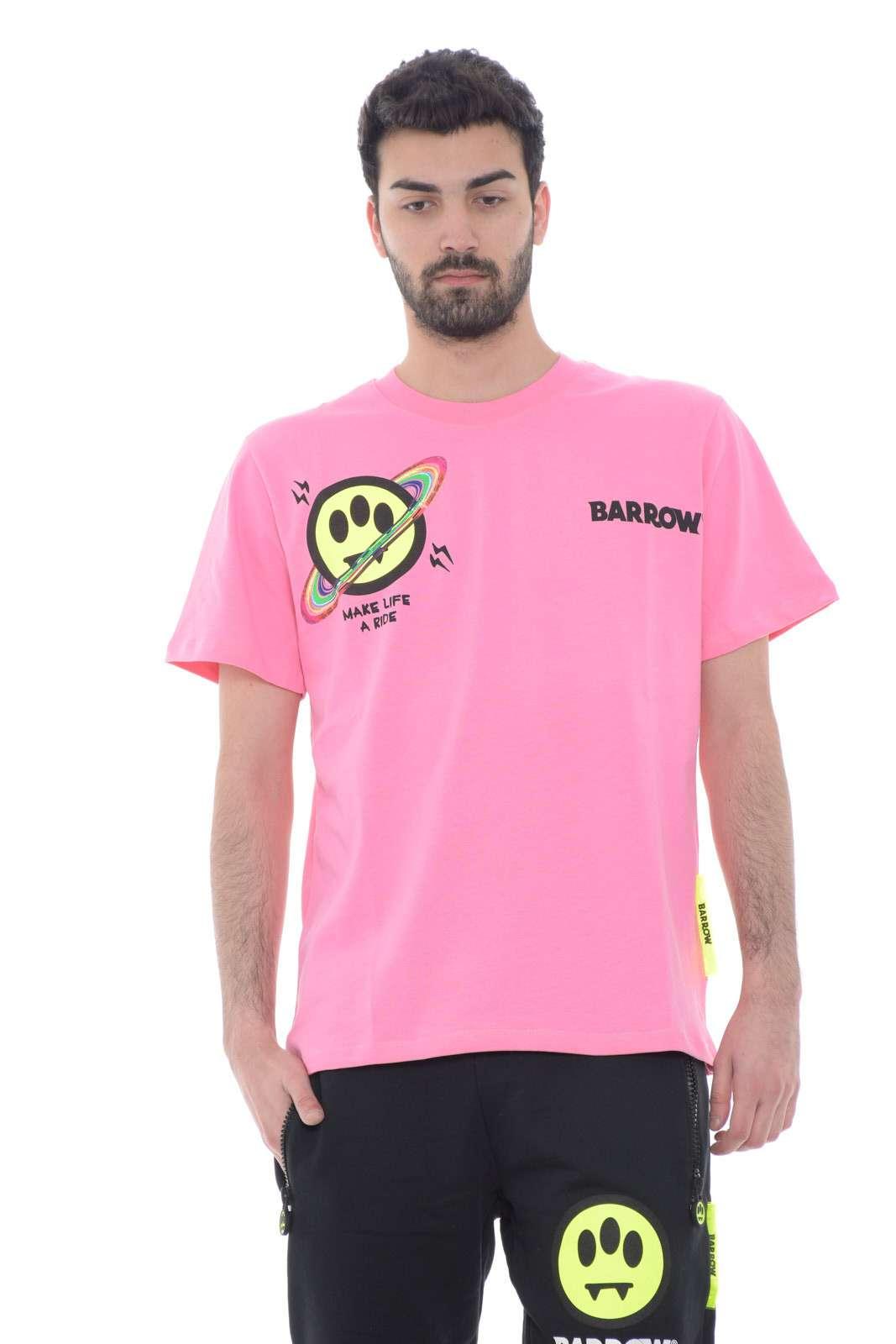 Una t shirt dal look freestyler e di tendenza, quella proposta per la collezione primavera estate uomo da Barrow. Per l'uomo che ama capi colorati e moderni, sempre fashion e mai banali, pronti a sorprendere.