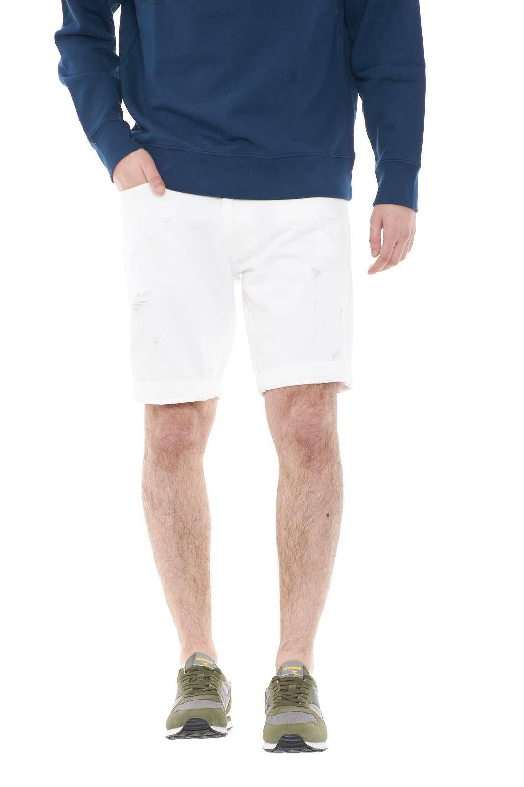 Un bermuda alla moda, ricco di stile il modello CULT MAN BULL Roy Rogers. Gli strappi regalano un'aspetto trendy e giovanile, rendendolo ideale per outfit estivi casual e iconici. Per l'uomo che ama regalarsi capi senza mezze misure.
