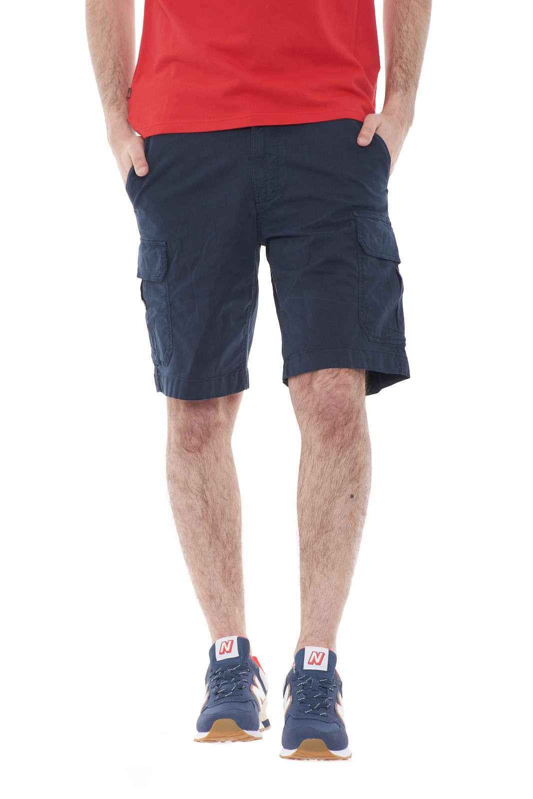 Un bermuda dallo stile puramente maschile e pratico, questo firmato Woolrich. Modello cargo, dotato di numerose tasche e tasconi, per portare facilmente con sè quello che si desidera, regalerà uno stile funzionale al tuo outfit. Per chi ama la comodità.