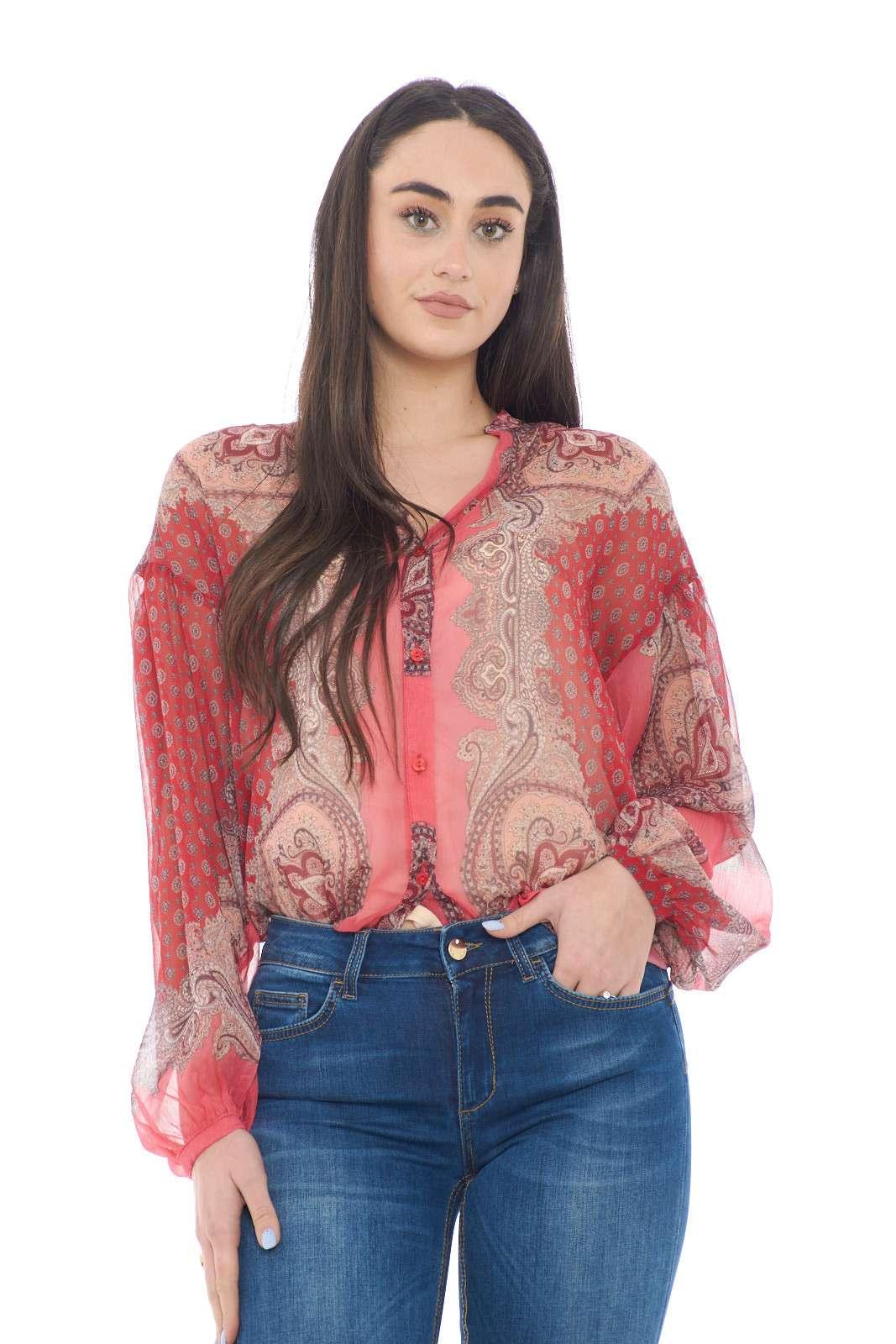 Leggera, morbida e chic, la camicia firmata TwinSet, assicurerà classe ed eleganza ad ogni outfit. Da indossare con jeans, o pantaloni, per stili diversi, ma sempre impeccabili. Un caposaldo per la tua primavera estate.