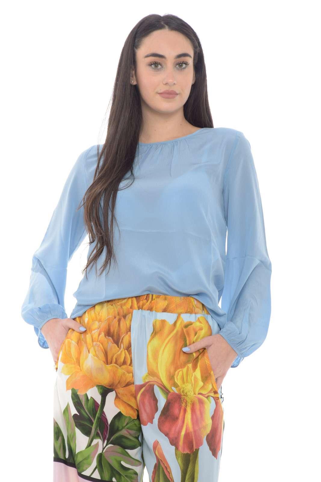 Semplice e preziosa la camicia con inserto in seta proposta dalla collezione Weekend MaxMara. Da abbinare con un pantalone chino o con una gonna si adatta ad ogni look. Le maniche a palloncino sul fondo e lo scollo a goccia sul retro la rendono unica.