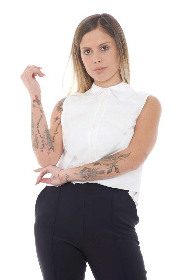Minimal e affascinante, la camicia smanicata proposta dalla collection Elisabetta Franchi fa innamorare per la sua raffinatezza. La rouches sul davanti dona un tocco glamour e chic esaltando le forme. Da indossare sia con gonne che con pantaloni è un capo passe partout per gli outfit più trendy.