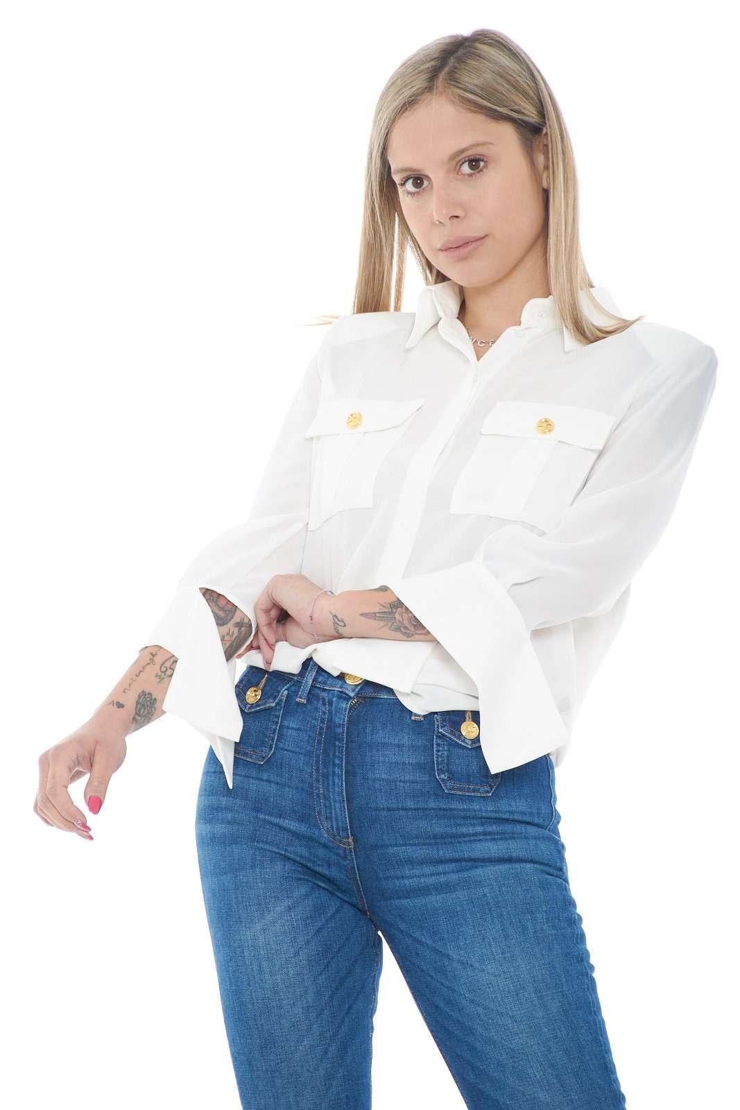 Elegante e femminile, la camicia firmata dalla collezione Elisabetta Franchi mette d'accordo ogni stile. Un tessuto fluido che accompagna con delicatezza la linea a renderla perfetta sia con un pantalone che con una gonna. Essenziale ed evergreen è un essential per ogni gurdaroba.