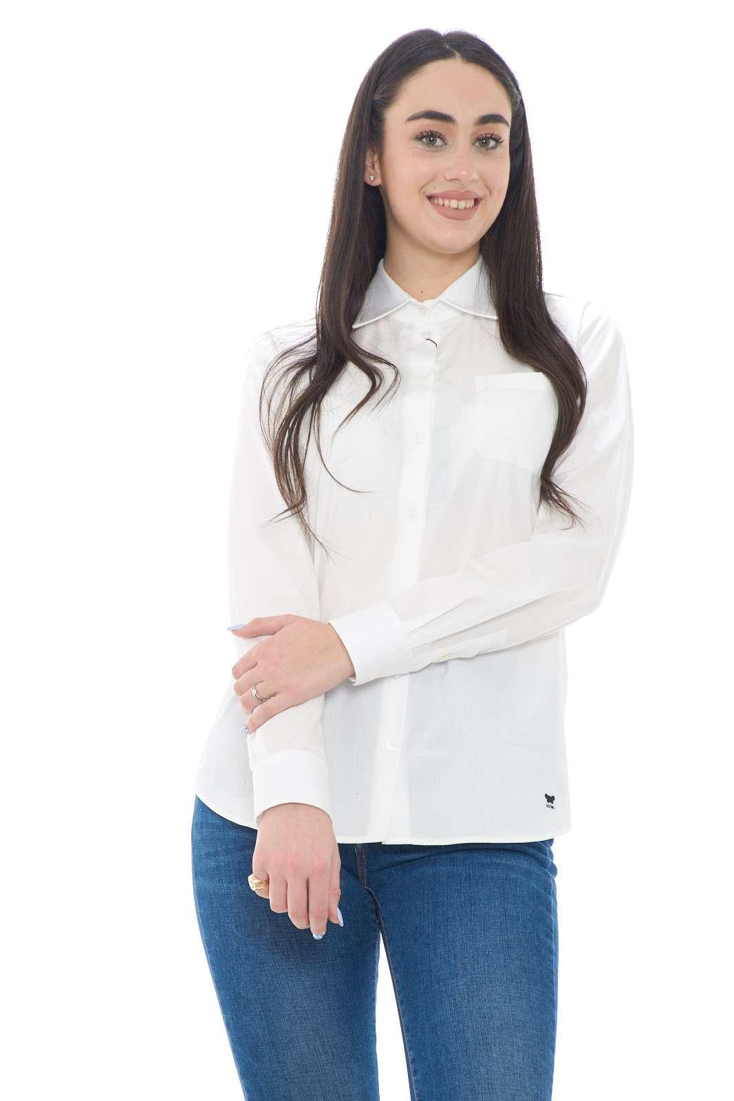 Una camicia classica, elegante ed essenziale, che permetterà di sfoggiare look senza tempo, sempre curati e sul pezzo. L'ideale per completare completi spezzati, da indossare da sola sopra ad un jeans, o con una gonna, per una varietà di stili e outfit contemporanei e chic.