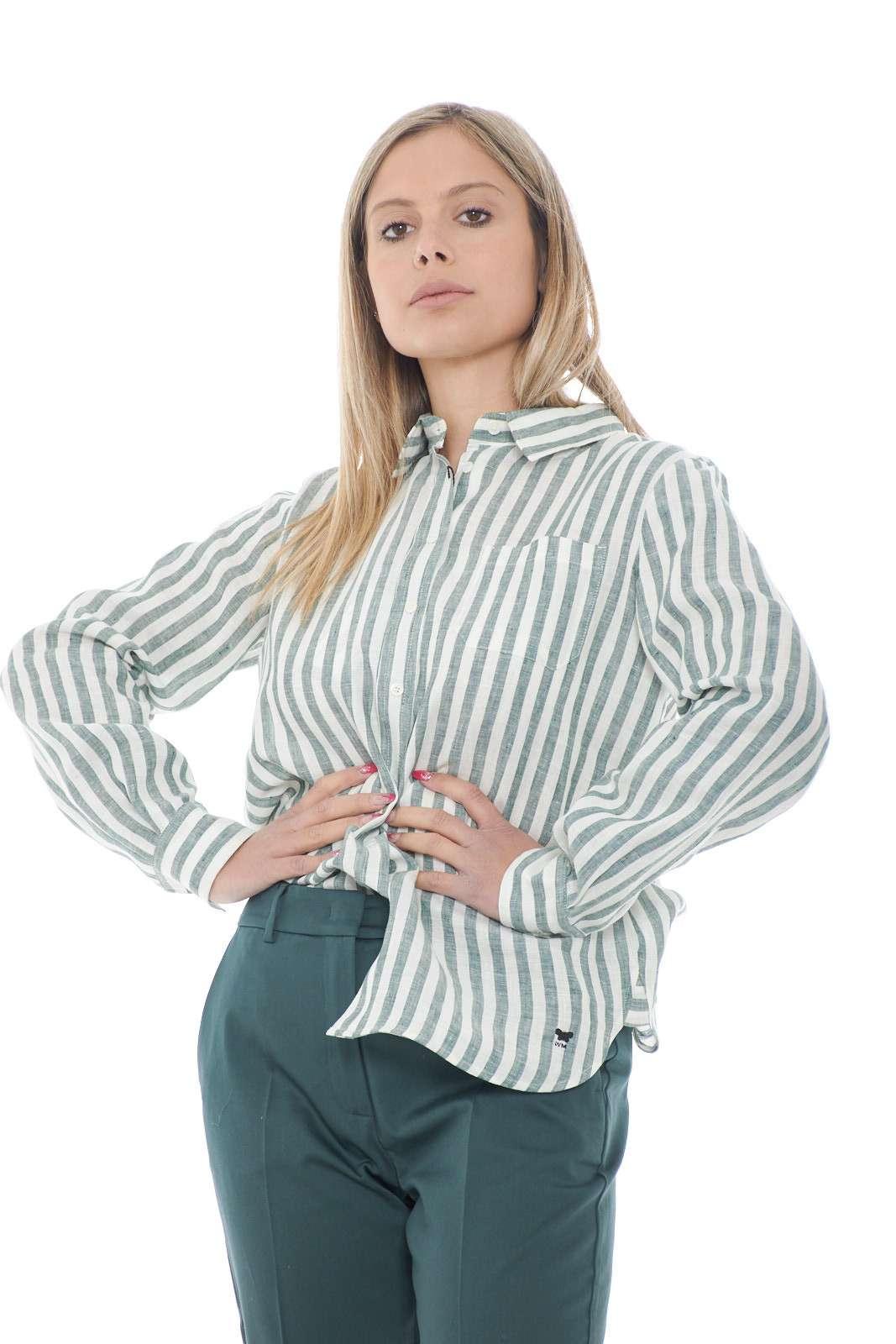 Un essential della bella stagione, la camicia in lino firmata dalla collezione Weekend MaxMara conquista tutti i gusti. Da indossare con un jeans o con un pantalone chino, regala uno stile casual chic per antonomasia. La fantasia rigata e la linea morbida sono il suo lasciapassare per tutti gli stili.