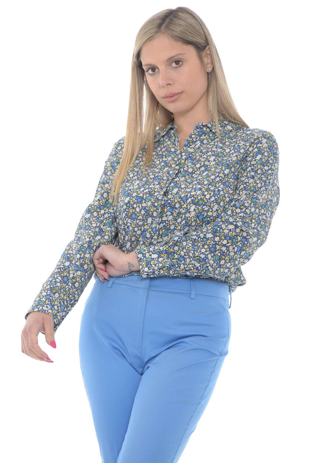 Lasciati conquistare dalla nuova camicia firmata dalla collezione donna Weekend MaxMara. Da abbinare sia ad outfit formali che informali conquista tutti i look per un risultato affascinante. Indossala con un jeans o con un pantalone, l'effetto chic è assicurato.