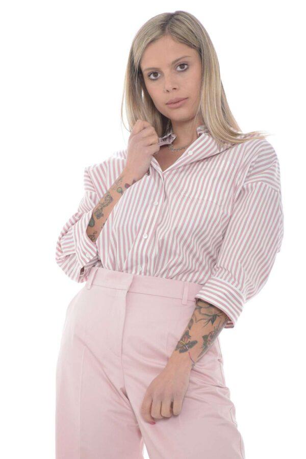 Un gusto vintage per la camicia con fantasia a righe proposta dalla new collection Weekend MaxMara. Un comodo cotone ad impreziosire un capo raffinato e femminile. Veloce e raffinato è un must have.