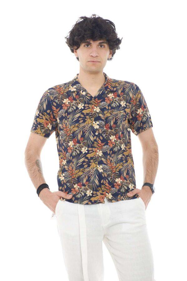 Una camicia hawaiana, semplice e tipicamente estiva, quella firmata Xacus per la tua estate 2021. Perfetta per essere indossate in riva al mare, e nelle occasioni più informali, mentre mi godi le tue meritate vacanze.