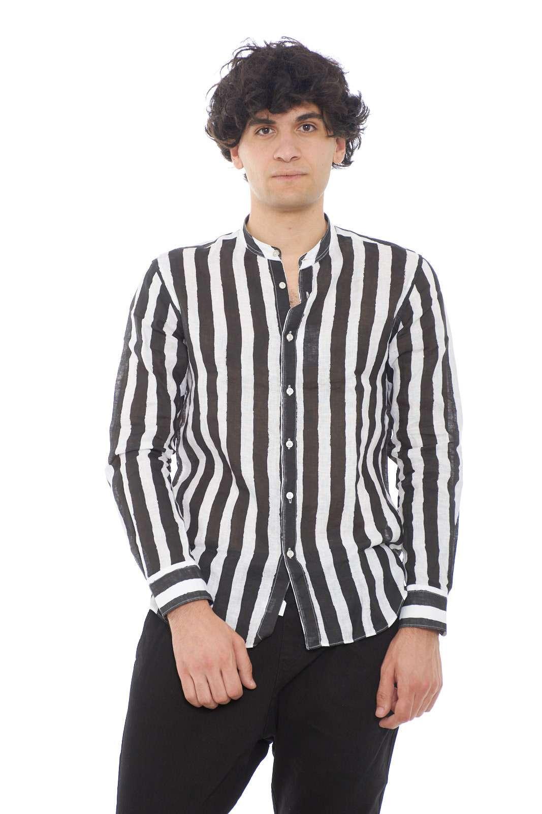Stile e ricercatezza per questa camicia Xacus, perfetta per l'uomo che ama curare al massimo i propri outfit. Il collo alla coreana, e la fantasia a righe, la caratterizzano, rendendo moderna e fashion. Da abbinare ad un semplice pantalone, per un aspetto sempre alla moda.
