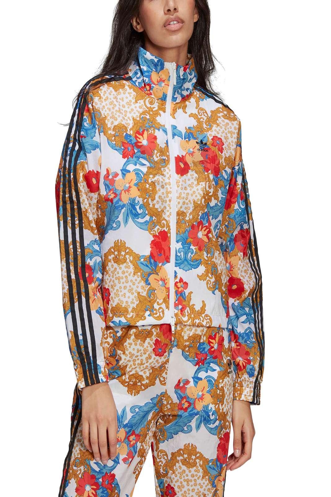 Una giacca estrosa, innovativa, diversa dal solito, la TRACK JACKET HER STUDIO LONDON firmata Adidas per la sua nuova collezione. Ricca di colori e fantasie, regalerà un tocco davvero inimitabile al tuo outfit. Perfetta da abbinare ai pantaloni con la stessa fantasia, sempre firmati Adidas, per un completo da urlo.