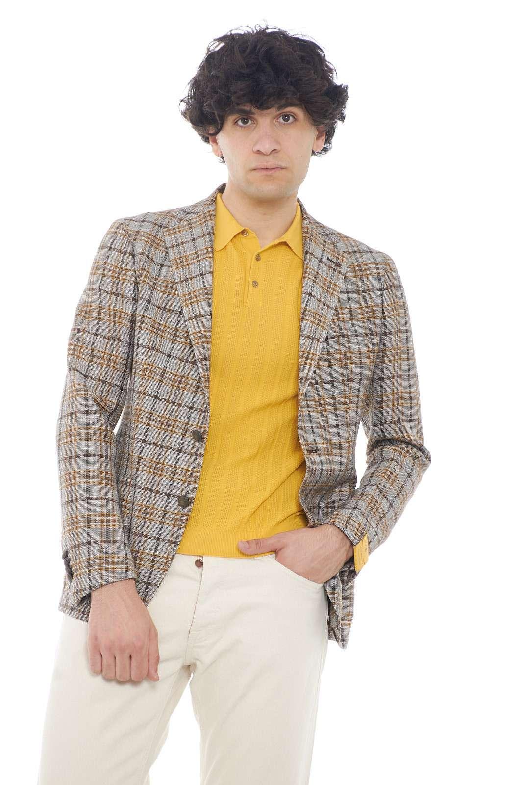 Una giacca per l'uomo che ama le garanzie di classe e formalità, con la firma esclusiva di Tagliatore. Ideale per cerimonie, o eventi importanti, dove indossata indifferentemente sopra una camicia, o una t shirt, assicurerà uno stile contemporaneo ed elegante. Un capo per le occasioni più speciali.