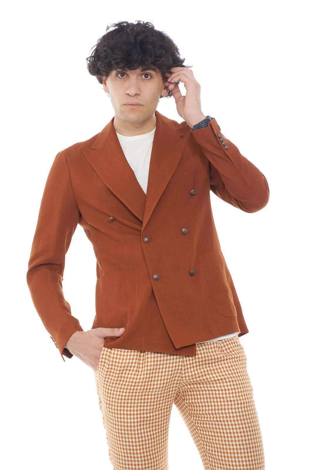 Un capo dell'eleganza classica e senza tempo, firmata Tagliatore. La scelta giusta per le tue occasioni più speciali, dove conquisterai tutti con una giacca in lino e doppiopetto, per uno stile davvero esclusivo. Da indossare con un pantalone, e una stringata elegante, per un outfit senza rivali.