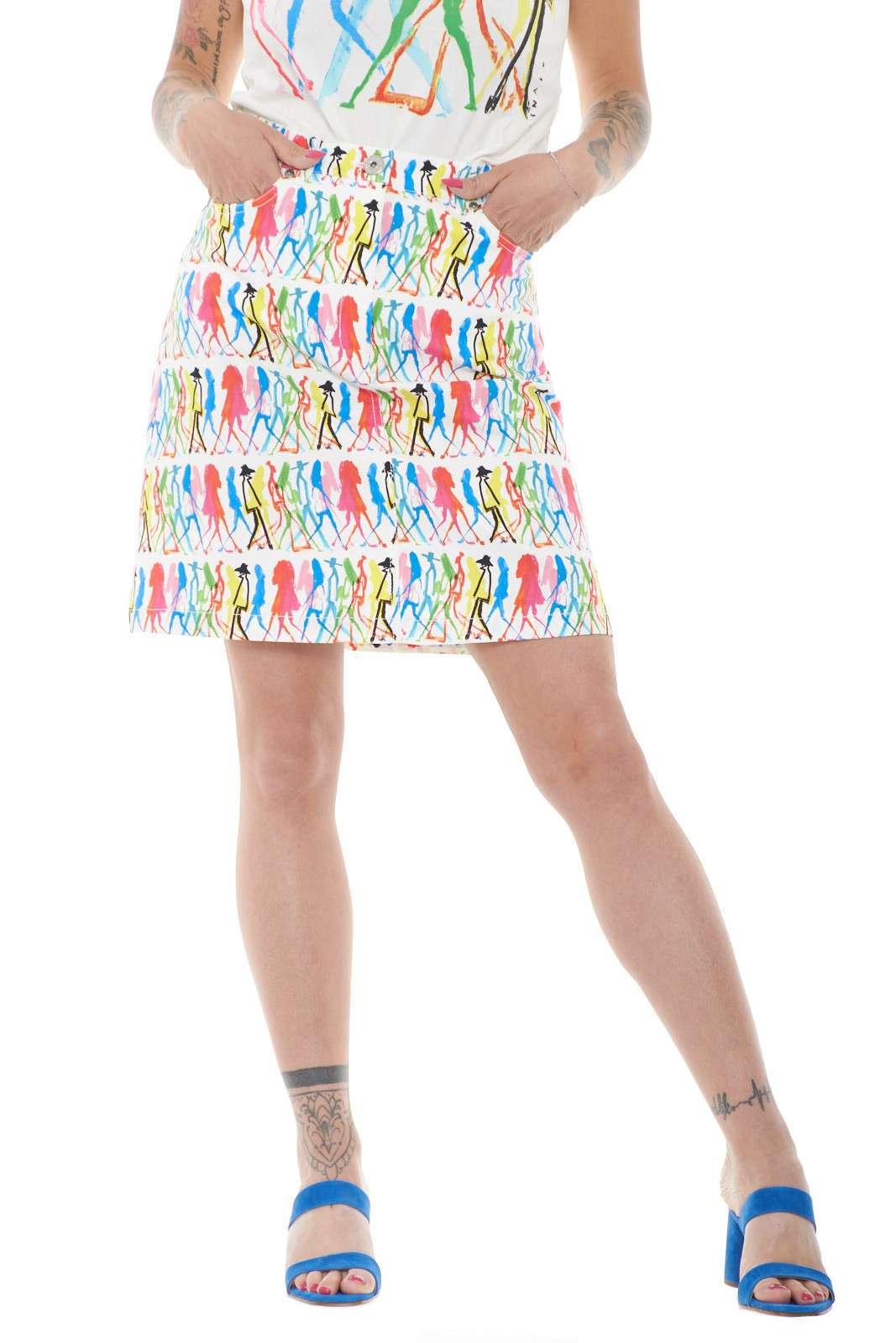 Una gonna dal taglio jeans quella proposta dalla nuova collezione Weekend MaxMara. Da indossare con con una T shirt o con una camicia, conquista per la sua fantasia multicolore. Un must have di stagione per gli outfit casual chic.