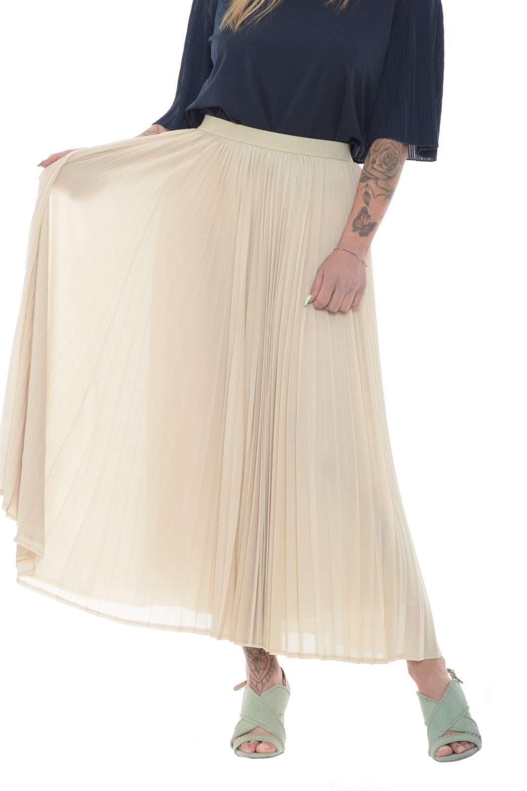 Una gonna femminile ed elegante, il modello GRADO proposto dalla collezione WeekEnd MaxMara. Perfetta per outfit davvero unici, dove sorprenderai con stile e classe. Da abbinare a tacchi alti o stivali, per slanciare la silhouette, e una maglia o camicia, per completare un total look davvero esclusivo.