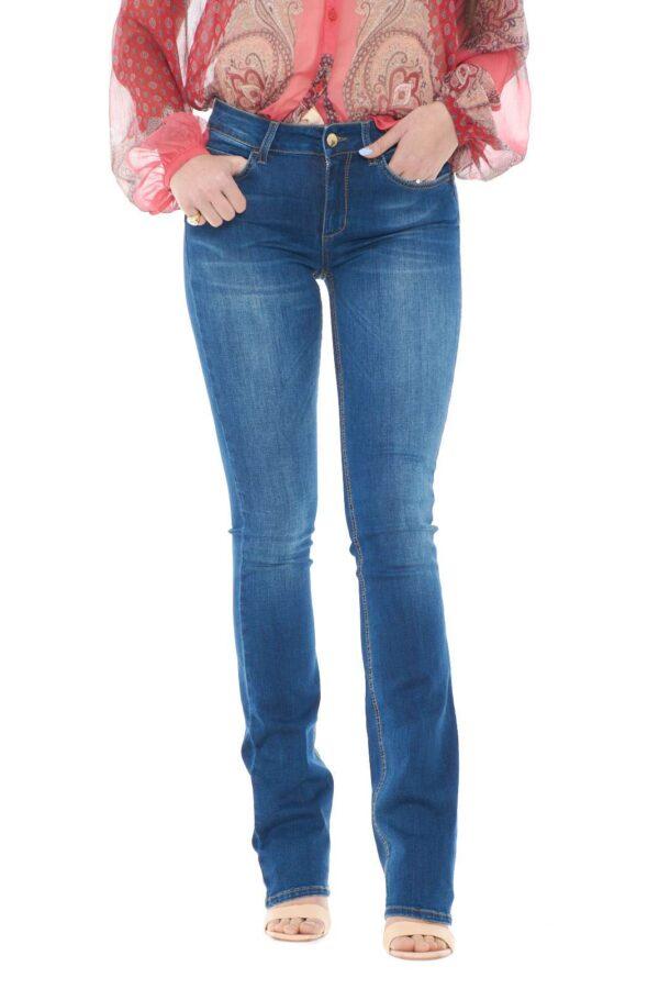 Un jeans semplice e femminile quello proposto da Liu Jo. Perfetto da indossare nelle uscite con gli amici o nelle giornate di lavoro. Da accompagnare ad un tacco alto per mostrare tutta la sua bellezza.