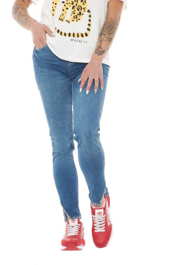 Un jeans semplice e femminile quello firmato Liu Jo. Caratterizzato dallo spacco sul fondo e dagli inserti di strass. Abbinato con una sneaker e una blusa è perfetto.