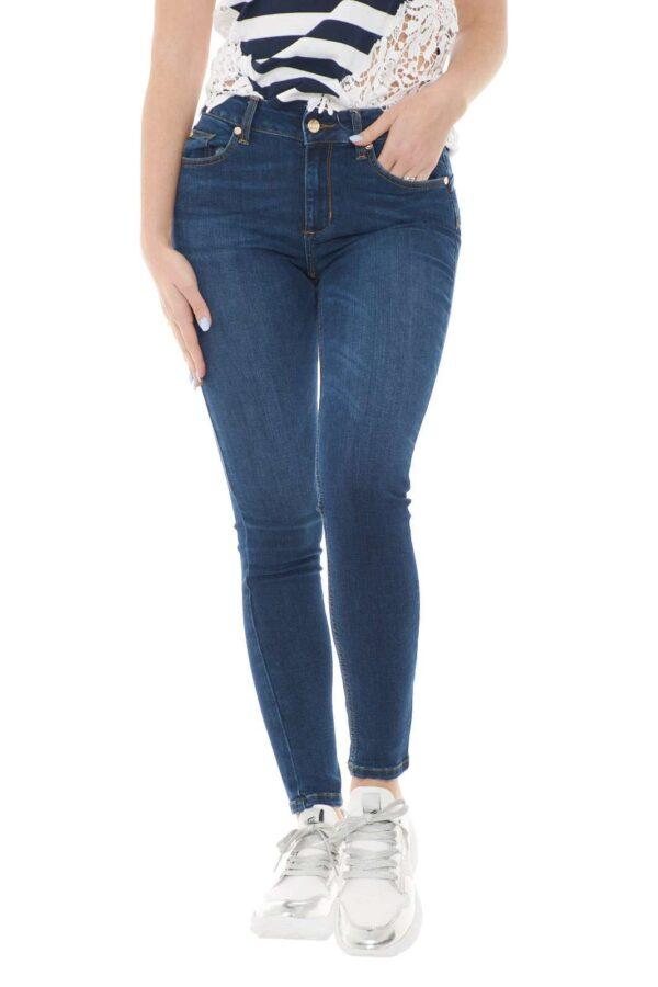 Un jeans semplice quello firmato dalla collezione Liu Jo. Da indossare in qualsiasi occasione con vari tipi di outfit. Perfetto per la stagione primavera estate 2021 che sta per arrivare.
