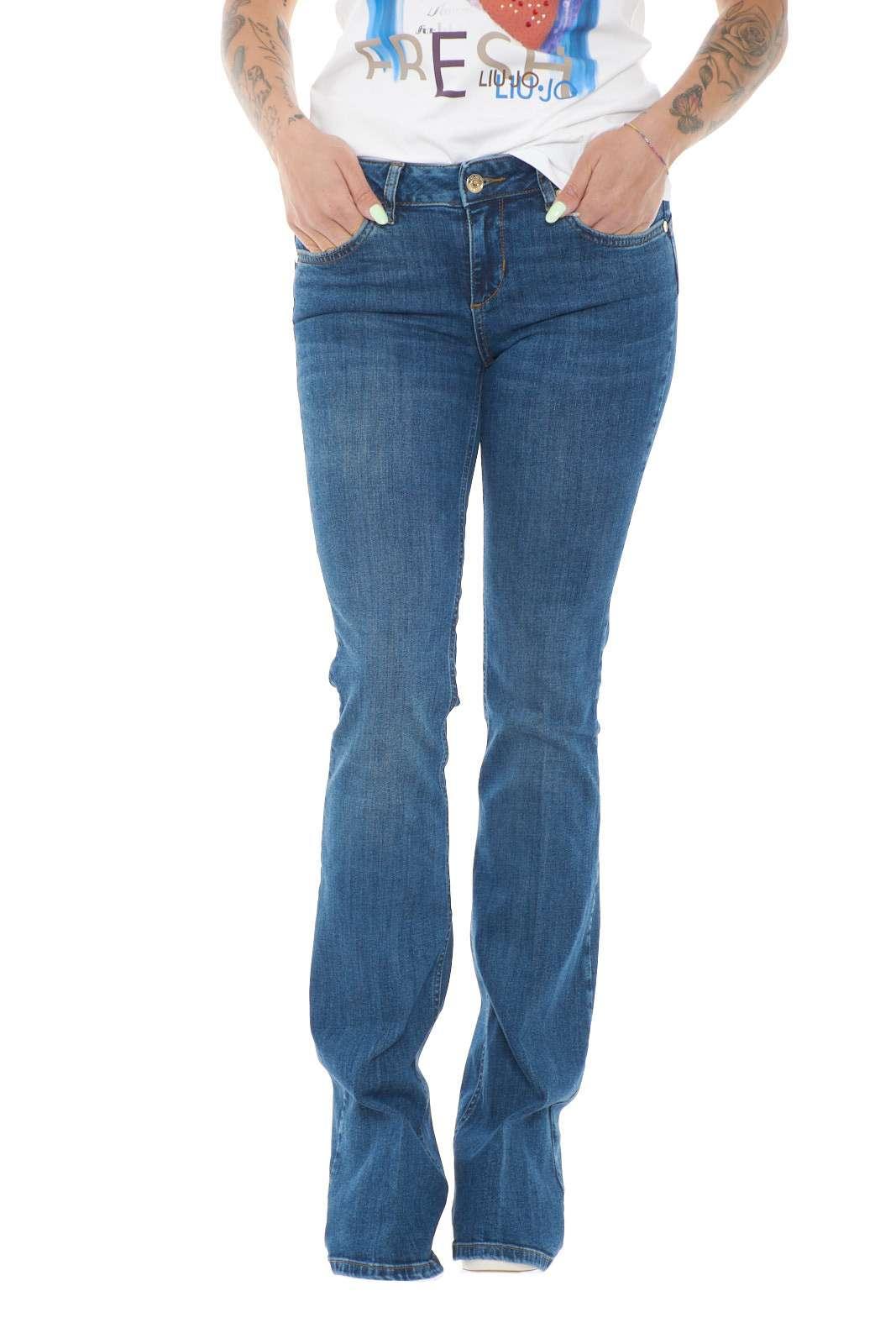 Un jeans modello a zampa quello proposta dalla collezione Liu Jo. Da indossare nel tempo libero o al lavoro insieme ad un tacco alto per maggior femminilità. Un must have dell'estate.
