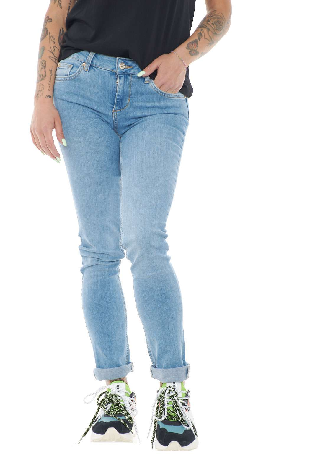 Un jeans regular fir quello firmato dalla collezione Liu Jo. Perfetto nelle giornate lavorative o nel tempo libero, accompagnato da una sneaker o un tacco. Un evergreen per questa calda stagione.