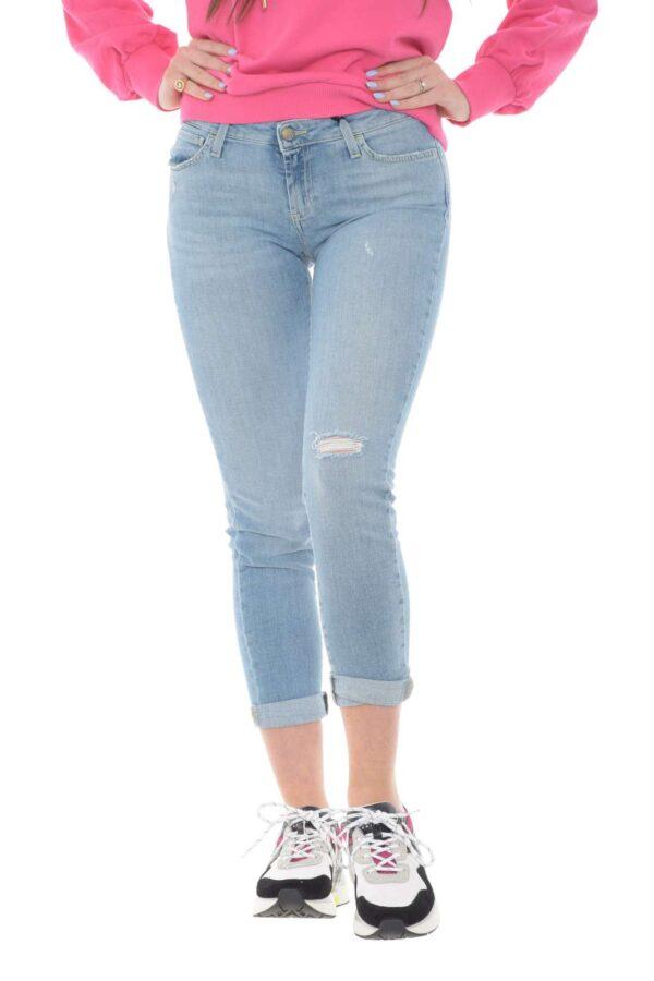 Un jeans perfetto per completare outfit versatili, da quelli più casual, a quelli mondai, per uno stile sempre impeccabile. La vestibilità skinny, risalta le linee e la silhouette, rendendo possibile anche abbinamenti più azzardati con tacchi o sandali.