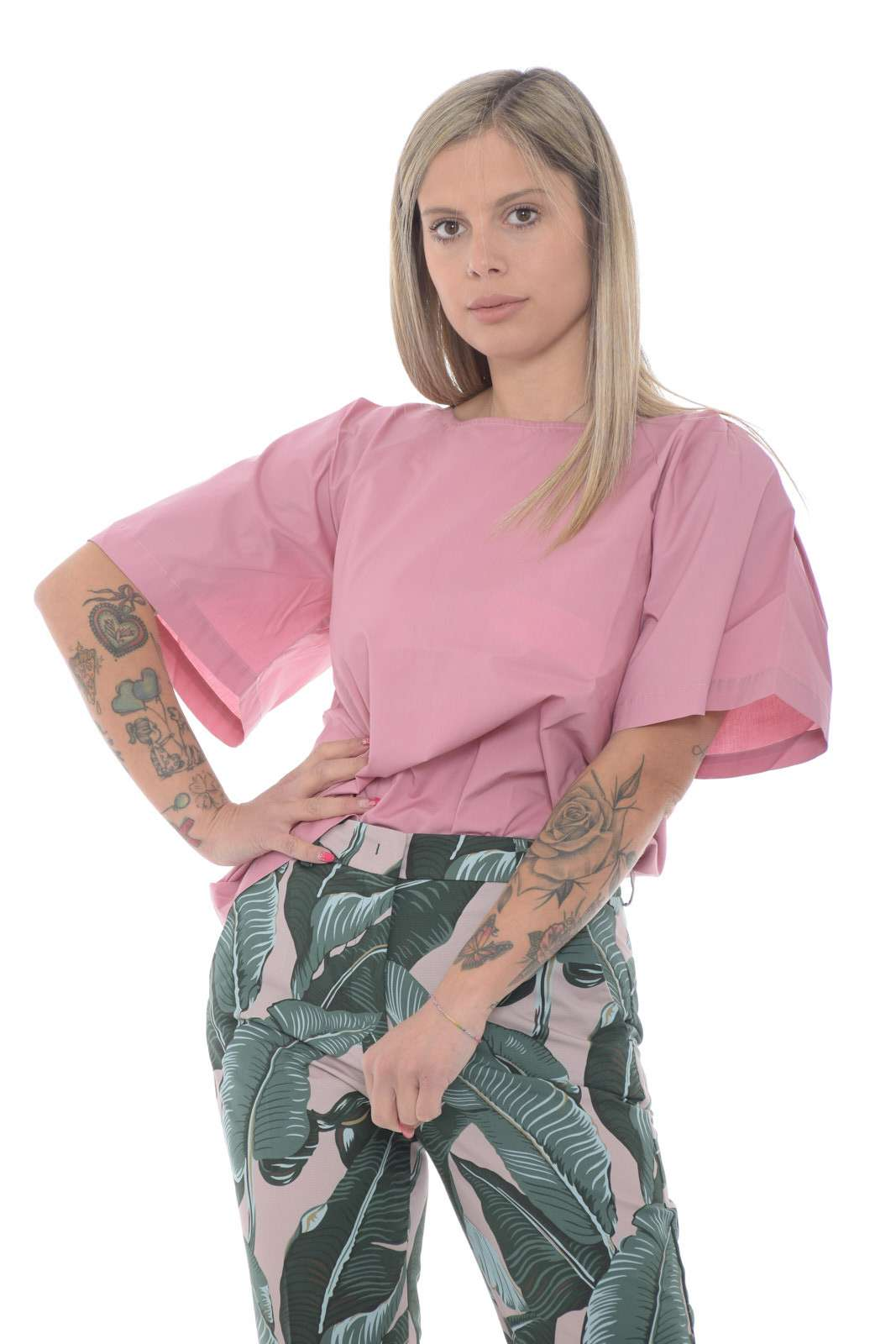 Una blusa dallo stile T shirt quella proposta per la collezione spring summer di Weekend Max Mara. Una vestibilità oversize caratterizzata dalle maniche ampie a palloncino e dall'inserto in contrasto di tessuto sul davanti. Versatile e raffinata può essere indossata sia con look formali che informali.