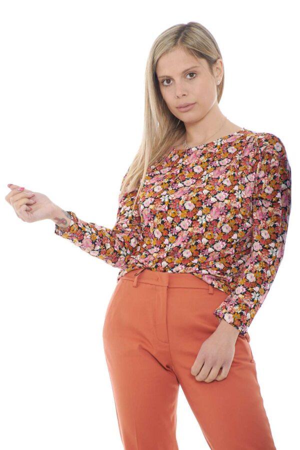 Una blusa in jersey di cotone per la collezione donna di Weekend Max Mara. Una vestibilità morbida dalla linea minimal valorizzata da una delicata fantasia floreale per un risultato unico. Da abbinare sia ad un jeans che ad un pantalone, è un'alternativa chic e veloce.