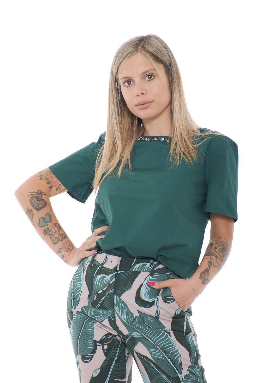 Una blusa pensata per ogni look quella firmata Weekend MaxMara. Uno stile minimal impreziosito da perline multicolore al collo. La vestibilità over la rende iconica per i look più quotidiani, un vero must have.