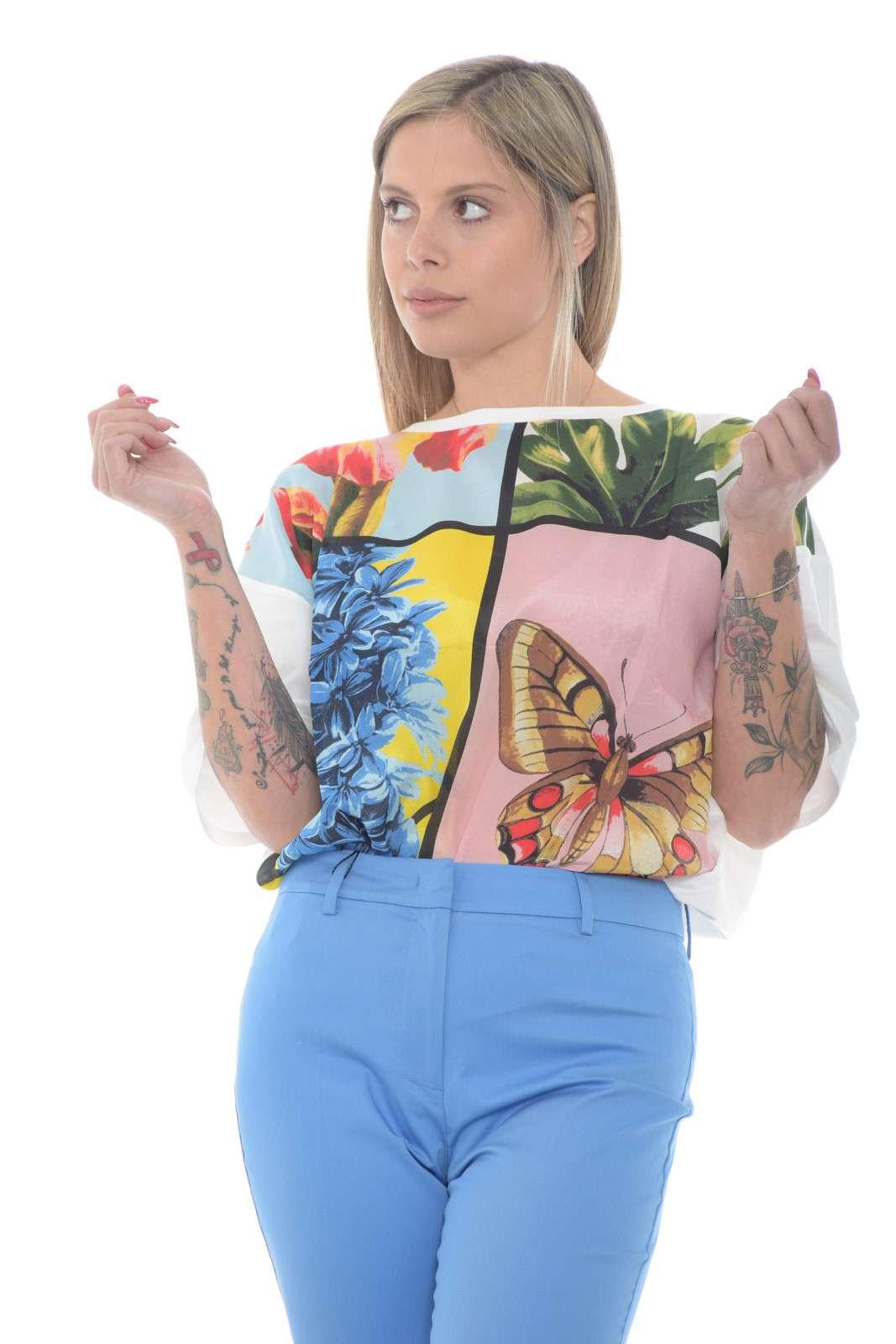 Una blusa con inserto in seta dal gusto chic quello firmato dalla collezione donna Weekend MaxMara. La fantasia floreale sul davanti dona un tocco glamour ad un capo basic dall'iconica fantasia floreale. Da indossare con un jeans o con un pantalone chino per un gusto quotidiano e ricercato.