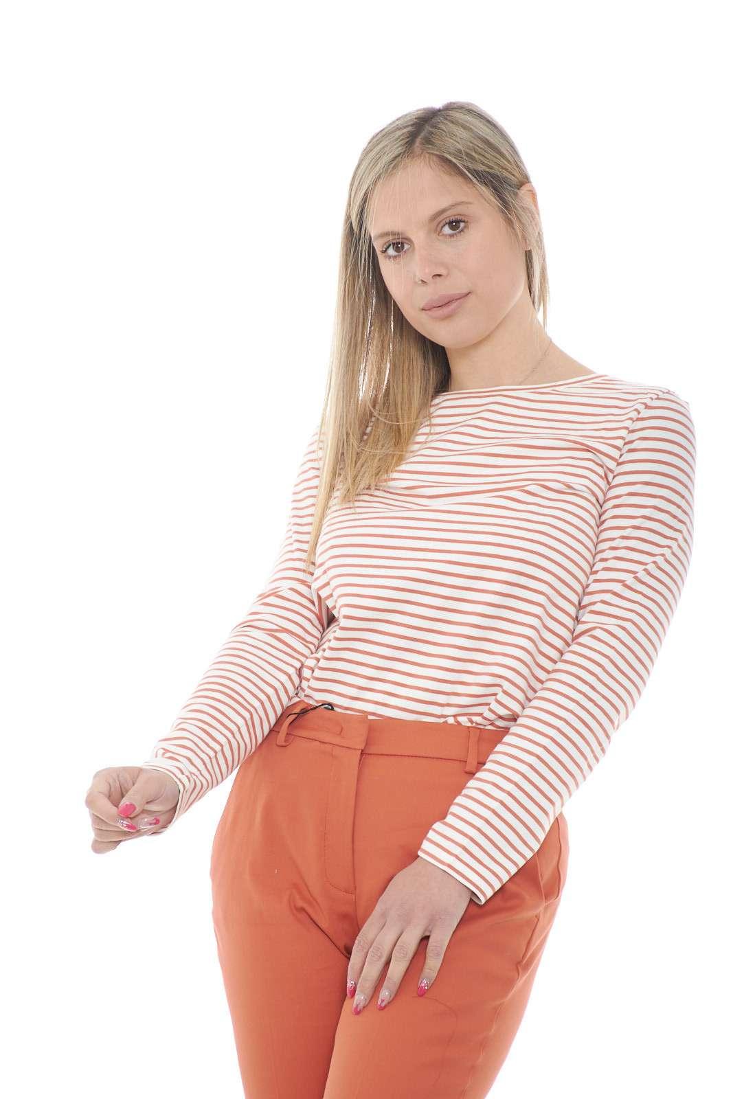 Confortevole e quotidiana, la blusa firmata Weekend Max Mara mette d'accordo tutti i gusti. Una vestibilità slim impreziosita dalla delicata fantasia rigata. Dai jeans ai pantaloni chino, fino ad arrivare ad uno short in jeans è sempre una preziosa alternativa.
